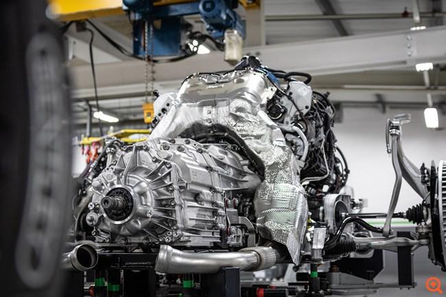 H Bentley Flying Spur και ο V8 κινητήρας της