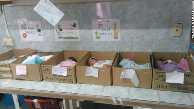 Νοσοκομείο της Βενεζουέλας βάζει σε χαρτόκουτα τα νεογνά