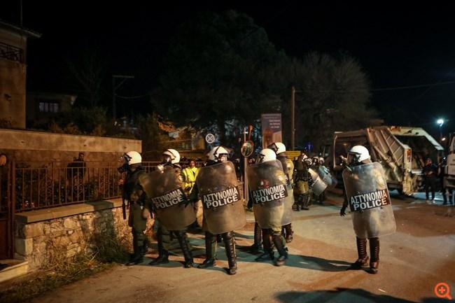 Πεδίο μάχης Λέσβος και Χίος: Σύγκρουση με τα ΜΑΤ, έγινε χρήση χημικών και χειροβομβίδων κρότου-λάμψης