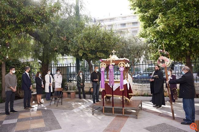 """Στο παρεκκλήσι του """"Ιπποκράτειου"""" για την Ακολουθία του Επιταφίου ο Κυρ. Μητσοτάκης"""