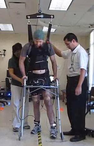 Ο πρώτος παραπληγικός, που είναι σε θέση να κάνει μερικά βήματα, χωρίς να εξαρτάται από ρομποτικά κάτω άκρα