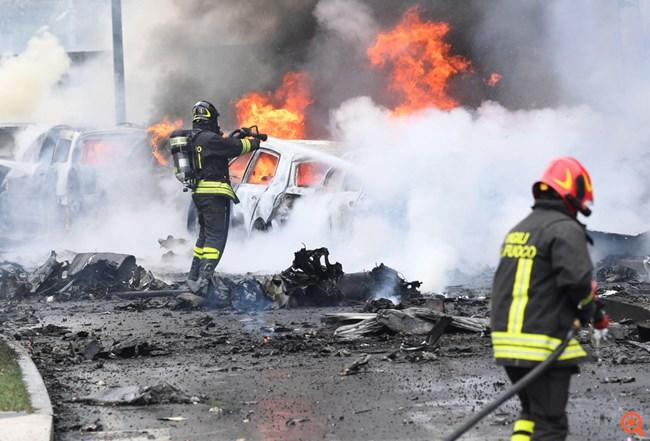 Ιταλία: Οκτώ νεκροί, ανάμεσά τους ένα παιδί, από την πτώση ιδιωτικού αεροσκάφους στο Μιλάνο