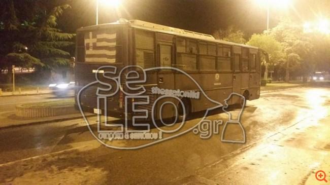 Θεσσαλονίκη: Κουκουλοφόροι πέταξαν 30 μολότοφ σε κλούβα των ΜΑΤ
