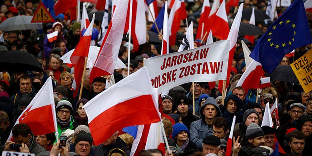 Πολωνία: Νίκη των κυβερνώντων συντηρητικών δεξιών έναντι της φιλοευρωπαϊκής συμμαχίας