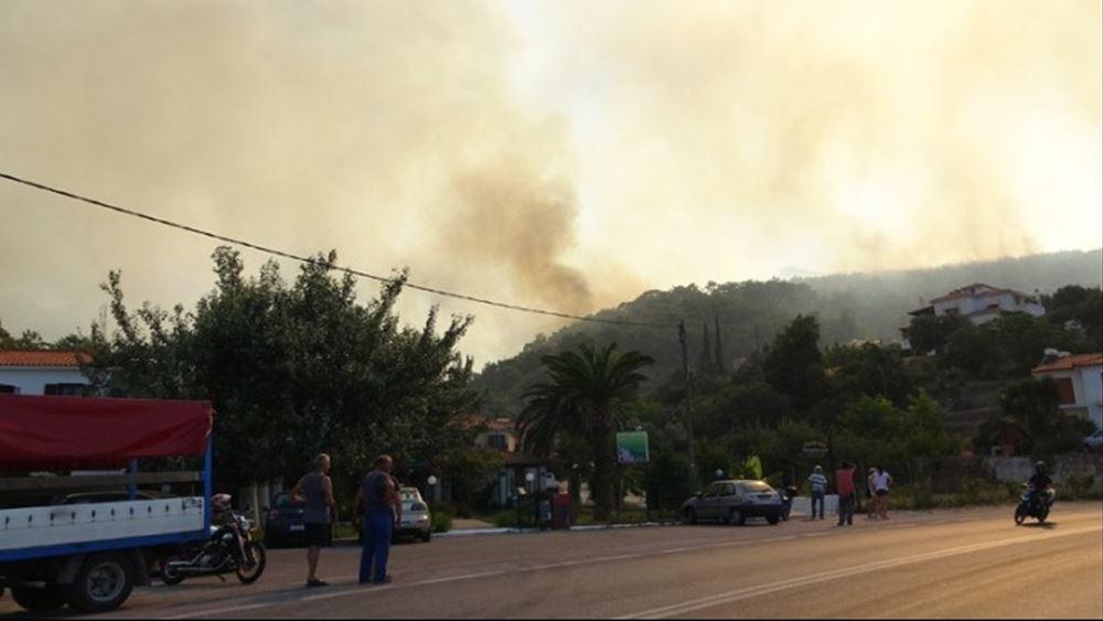 Σάμος: Επίγειες και εναέριες δυνάμεις στη μάχη για την κατάσβεση της πυρκαγιάς