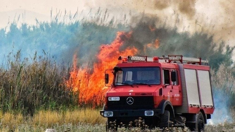 Πάτρα - Φωτιά σε οικοπεδικούς χώρους έξω από το στρατιωτικό αεροδρόμιο του Αράξου