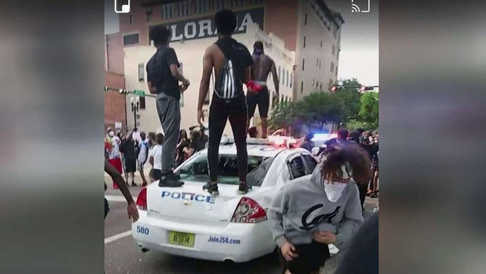 ΗΠΑ: Διαδηλωτές μαχαίρωσαν αστυνομικό στο Τζάκσονβιλ της Φλόριντα