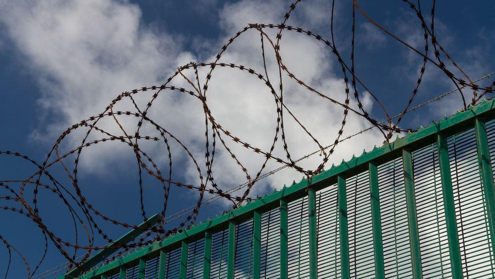 Χιλιάδες μετανάστες συγκεντρώνονται στο Καλαί