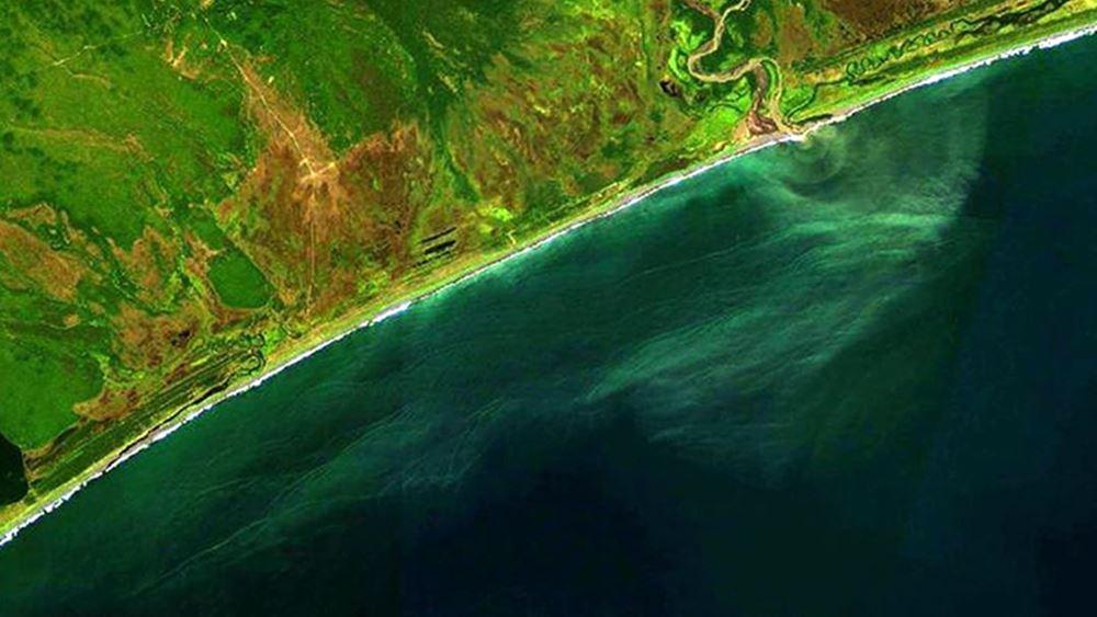 Ρωσία: Καμτσάτκα: Ένα στρώμα ρύπων μήκους 40 χιλιομέτρων επιπλέει στον ωκεανό