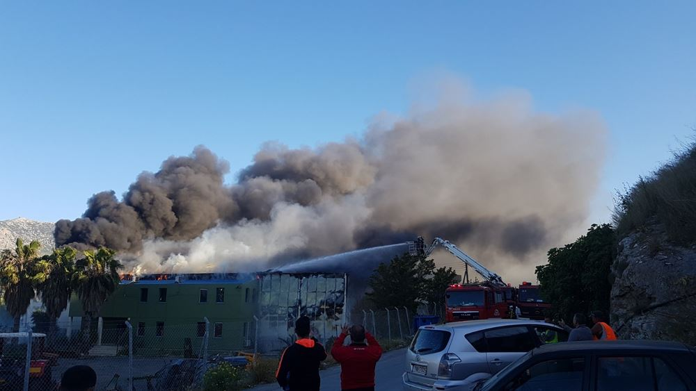 Ηράκλειο: Μεγάλη φωτιά σε εργοστάσιο τυποποίησης ελαιολάδου