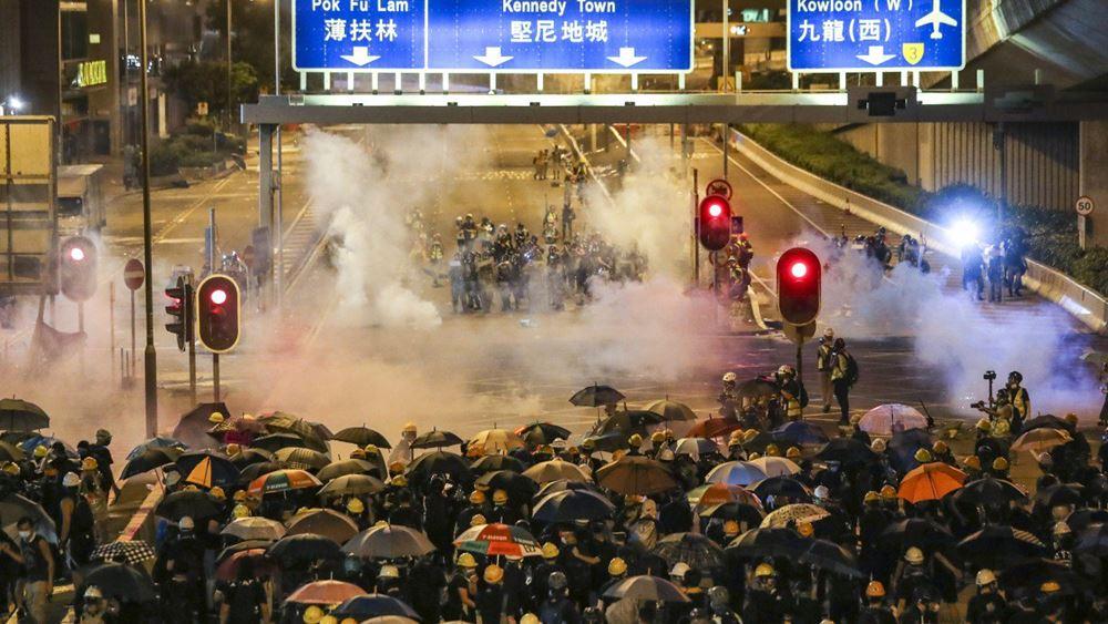 Χονγκ Κονγκ: Μαζεύουν τα συντρίμμια έπειτα από μία από τις χειρότερες νύκτες διαδηλώσεων και βίας