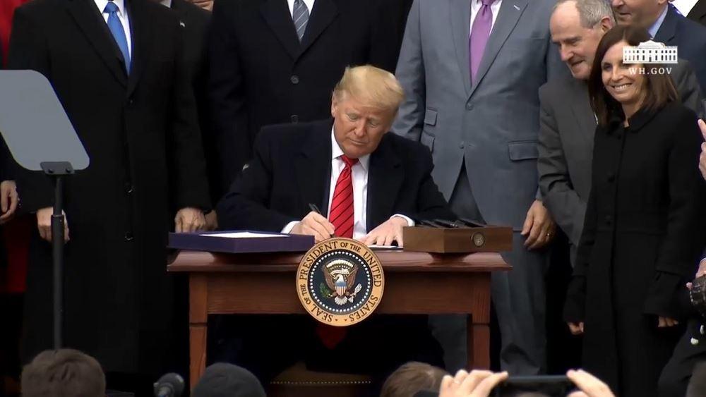 """Τραμπ: Ανακοίνωσε """"παύση"""" της μετανάστευσης για 60 ημέρες"""