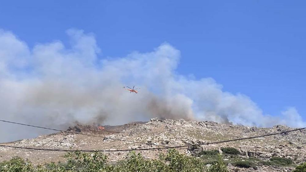 Φωτιά στα Χανιά: Δύσκολο το έργο της Πυροσβεστικής λόγω του δύσβατου της περιοχής και των ανέμων