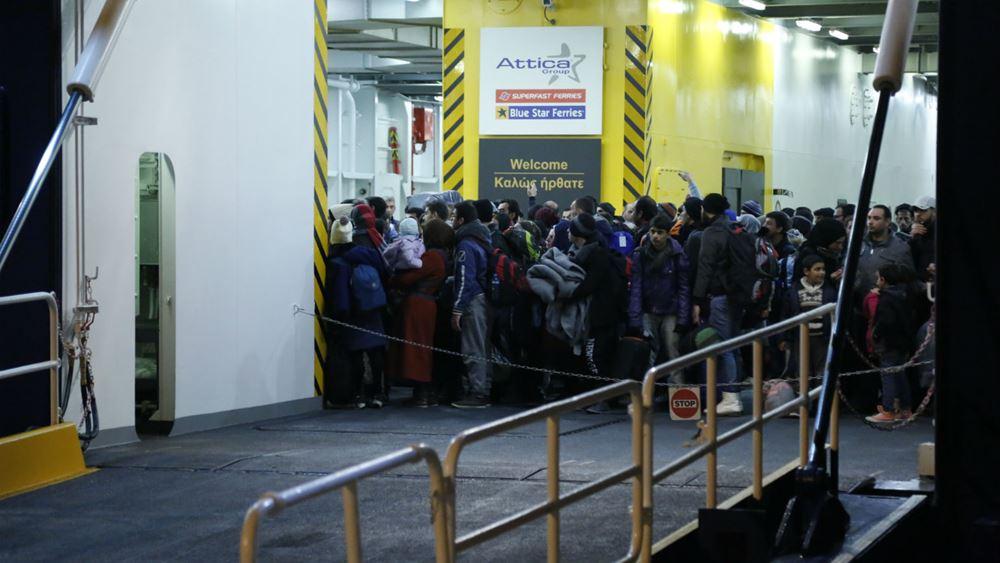 """Στον Πειραιά το """"Νήσος Σάμος"""" με 75 πρόσφυγες και μετανάστες από τη Μυτιλήνη"""