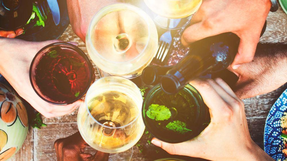 Μπύρα, κρασί ή τσίπουρο; Τι πίνουμε στις διακοπές;