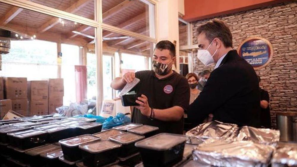 Μερίδες φαγητού και δώρα μοίρασε ο Κ. Μητσοτάκης σε ανθρώπους που έχουν ανάγκη στο Κερατσίνι
