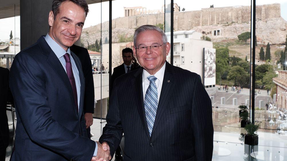 Τι προσδοκά η Αθήνα από την επίσκεψη Μενέντεζ
