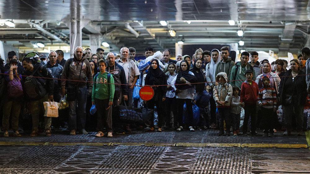 Στο λιμάνι του Πειραιά, με προορισμό δομές φιλοξενίας, μεταφέρονται 155 πρόσφυγες και μετανάστες