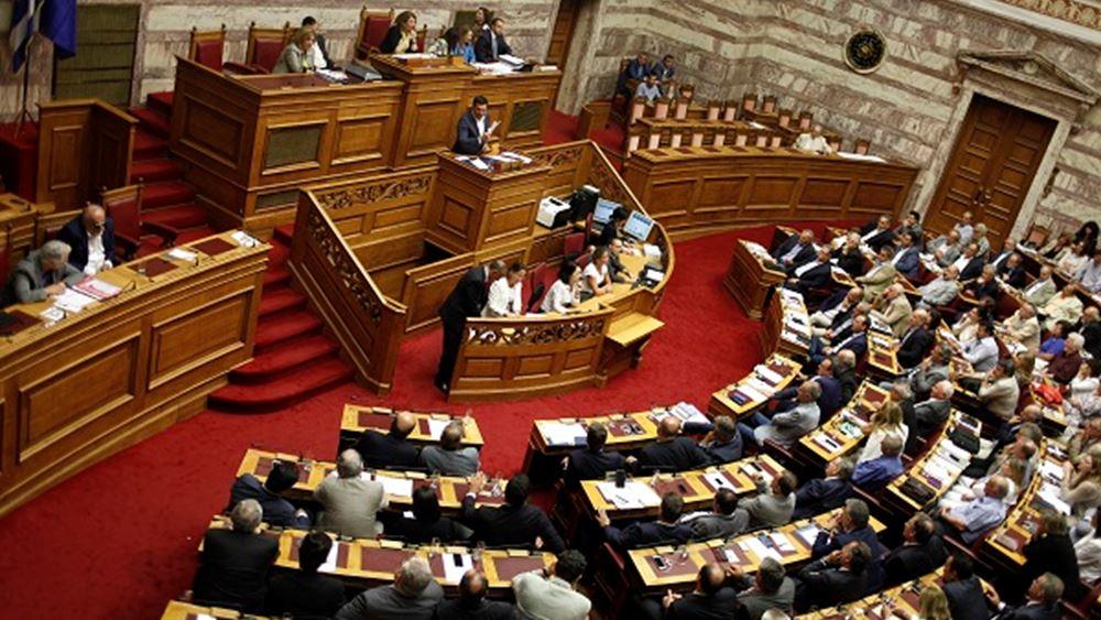 """""""Γαντζωμένοι"""" στις καρέκλες τους οι 153 κυβερνητικοί βουλευτές"""