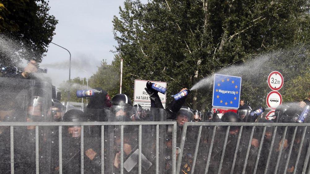 Ουγγαρία: Απαλλάχθηκε η δημοσιογράφος που είχε κλωτσήσει μετανάστες στα σύνορα με τη Σερβία