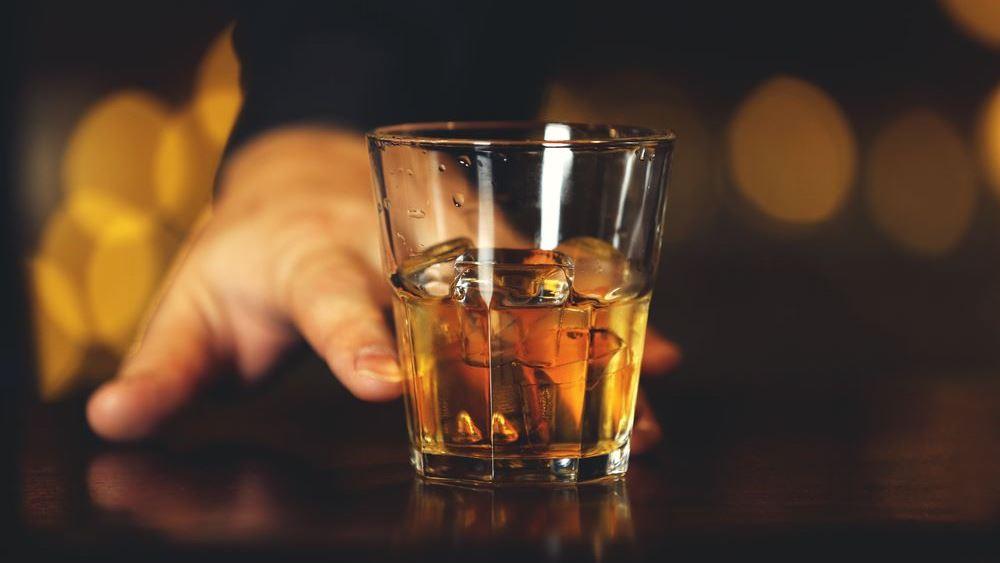 """Ποτά """"μπόμπες"""" και αναβολικά ανακάλυψε το ΣΔΟΕ σε γνωστό μπαρ στο Γκάζι"""