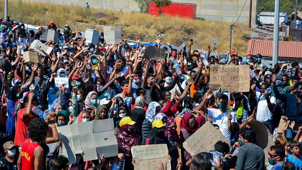 Χιλιάδες μετανάστες και πρόσφυγες διαδηλώνουν στη Λέσβο