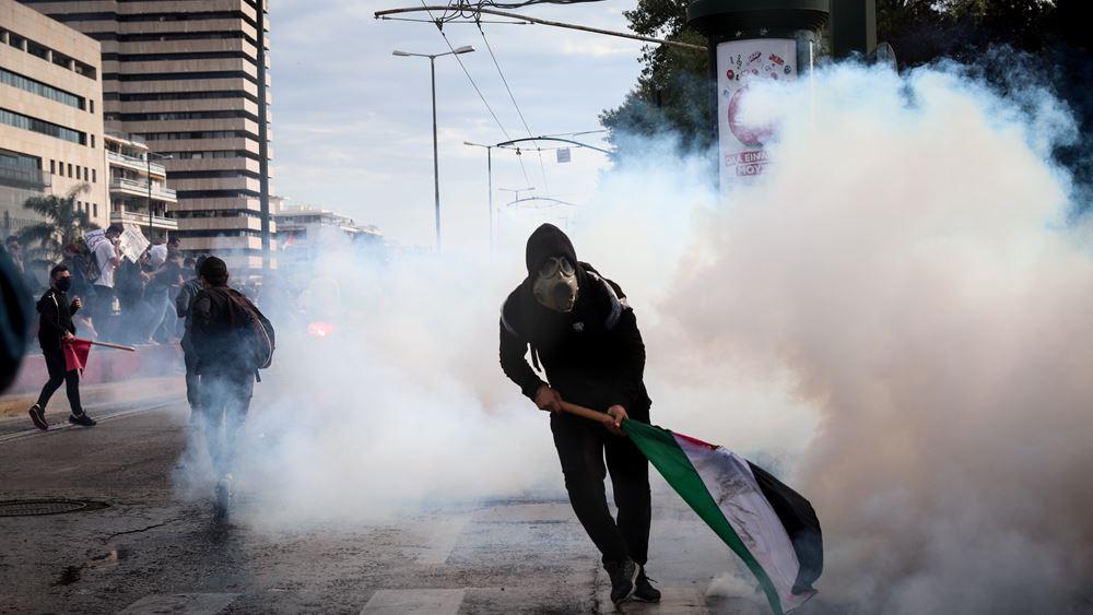 Τρεις συλλήψεις και δύο αστυνομικοί τραυματίες σε επεισόδια έξω από την πρεσβεία του Ισραήλ