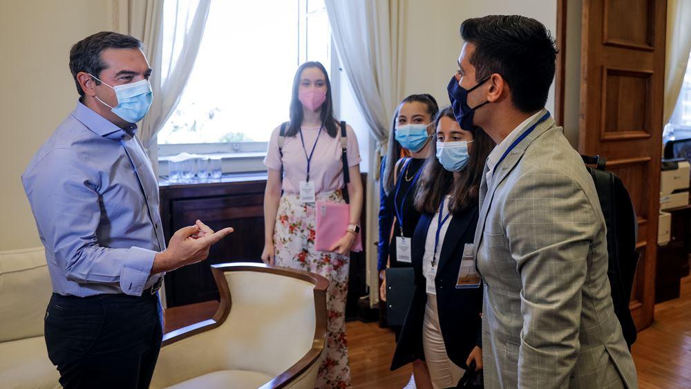 Τσίπρας σε εφήβους βουλευτές: Να επενδύσουμε στην Παιδεία, όχι να αποκλείουμε τους νέους από τα ΑΕΙ