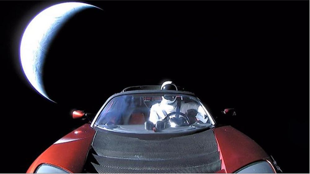 Το κατακόκκινο Tesla του Musk ταξιδεύει στο διάστημα