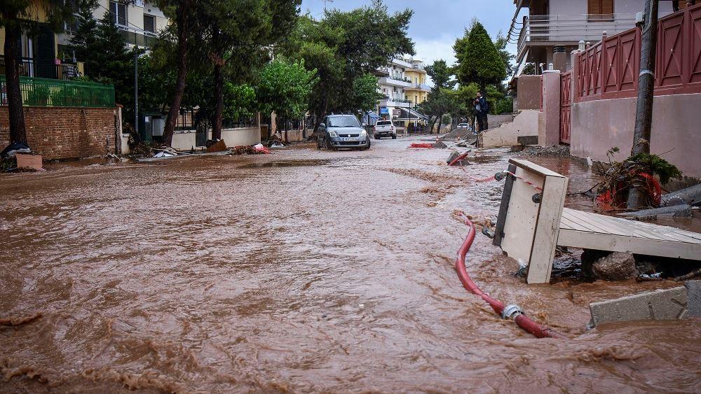 Δίκη για τους νεκρούς στη Μάνδρα: Φταίνε η άναρχη δόμηση και η πρωτοφανής βροχόπτωση, είπε ο Ευ. Λέκκας