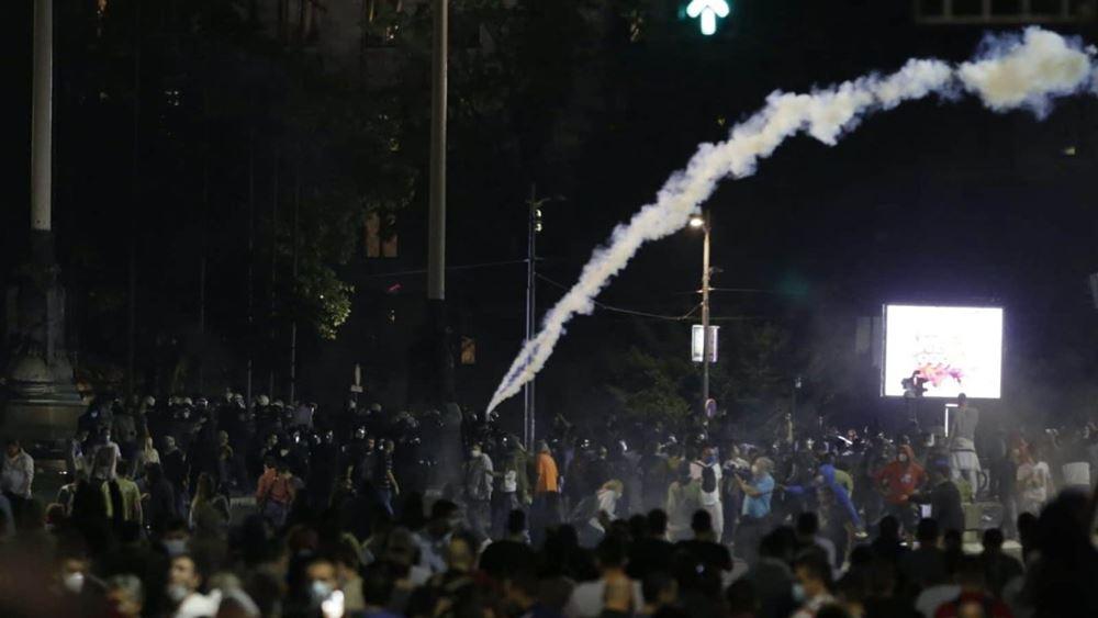 Σερβία: Δεκάδες συλλήψεις στο Βελιγράδι έπειτα από έφοδο εθνικιστών διαδηλωτών στη Βουλή