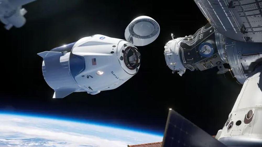 Η διαστημική κάψουλα της SpaceX επιστρέφει στη Γη