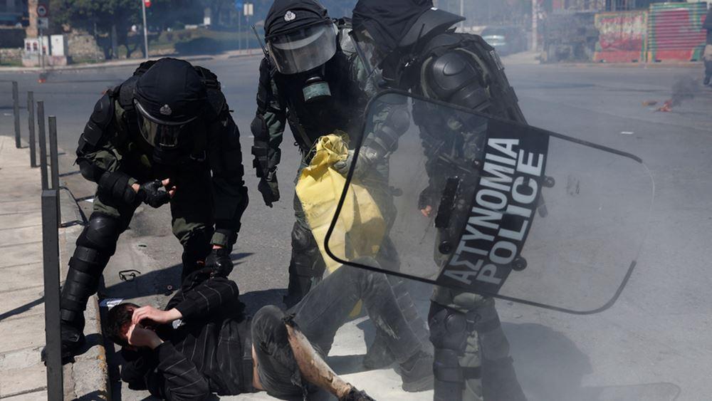"""""""Μπάχαλο"""" στο πανεκπαιδευτικό στη Θεσσαλονίκη, έριξαν μολότοφ σε διαδηλωτή - Τον έσωσαν αστυνομικοί"""