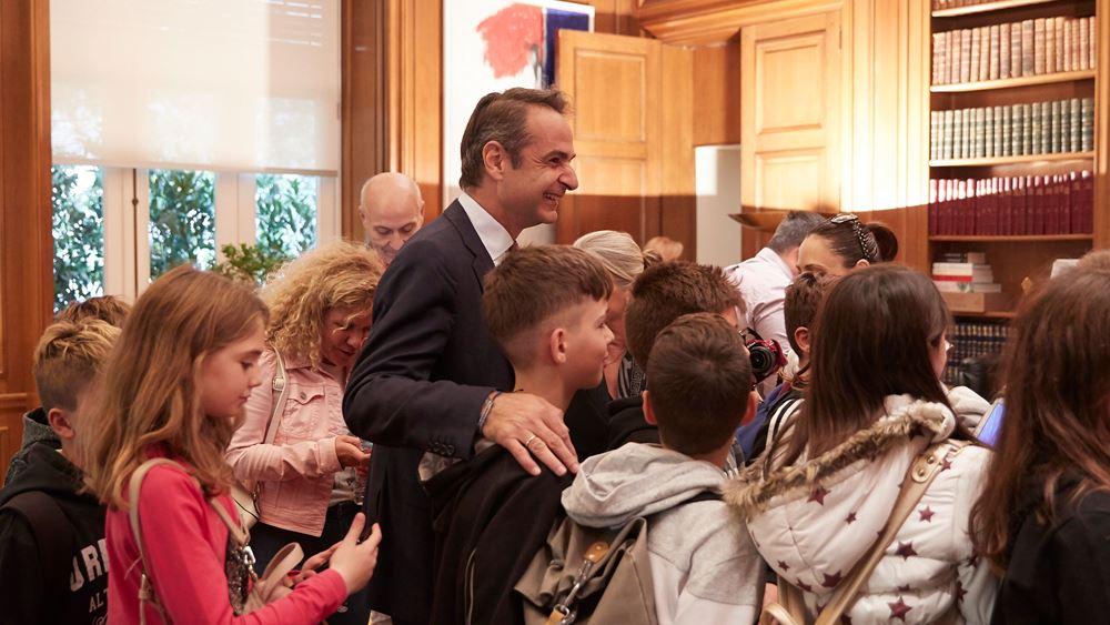 Ο Μητσοτάκης ξενάγησε μαθητές στο Μέγαρο Μαξίμου