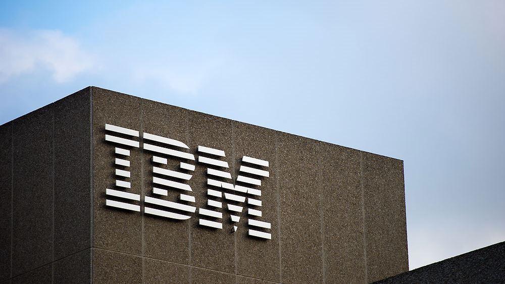 """IBM: """"Έσπασε"""" το αρνητικό σερί στα έσοδα, καλύτερα των εκτιμήσεων τα κέρδη"""