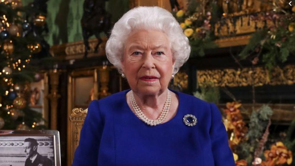 Βρετανία: Χωρίς τον σύζυγό της, αλλά με τον γιο της Άντριου παρέστη στη χριστουγεννιάτικη λειτουργία η βασίλισσα Ελισάβετ