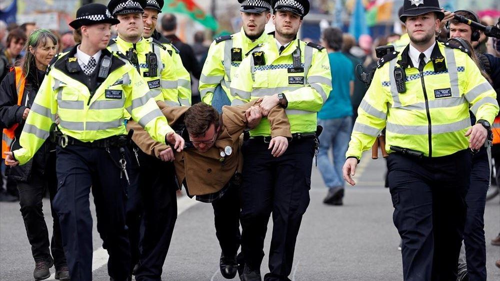 """Βρετανία: Οικολόγοι ακτιβιστές έδωσαν """"παράσταση"""" σε μια πινακοθήκη"""