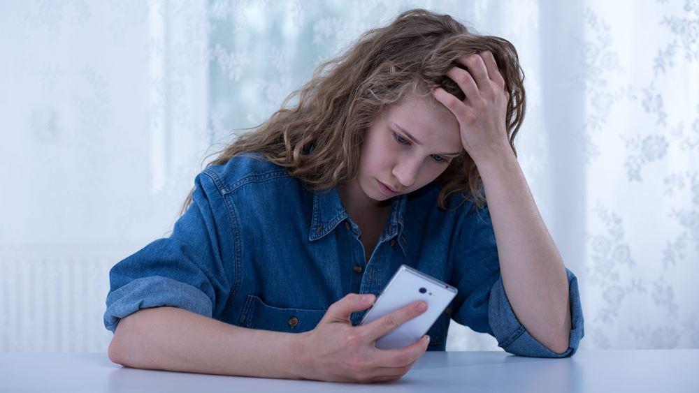 Σχεδόν διπλασιάστηκε ο εθισμός των εφήβων στο διαδίκτυο λόγω των λοκ ντάουν