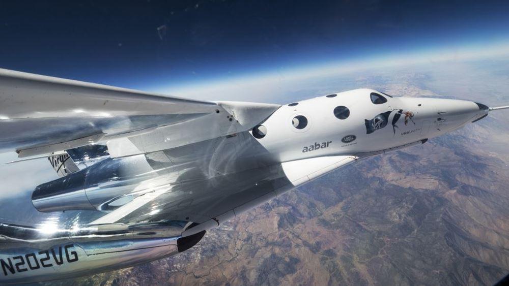 Το πυραυλοκίνητο αεροπλάνο της Virgin Galactic πέταξε στα σύνορα του διαστήματος μεταφέροντας επιβάτη