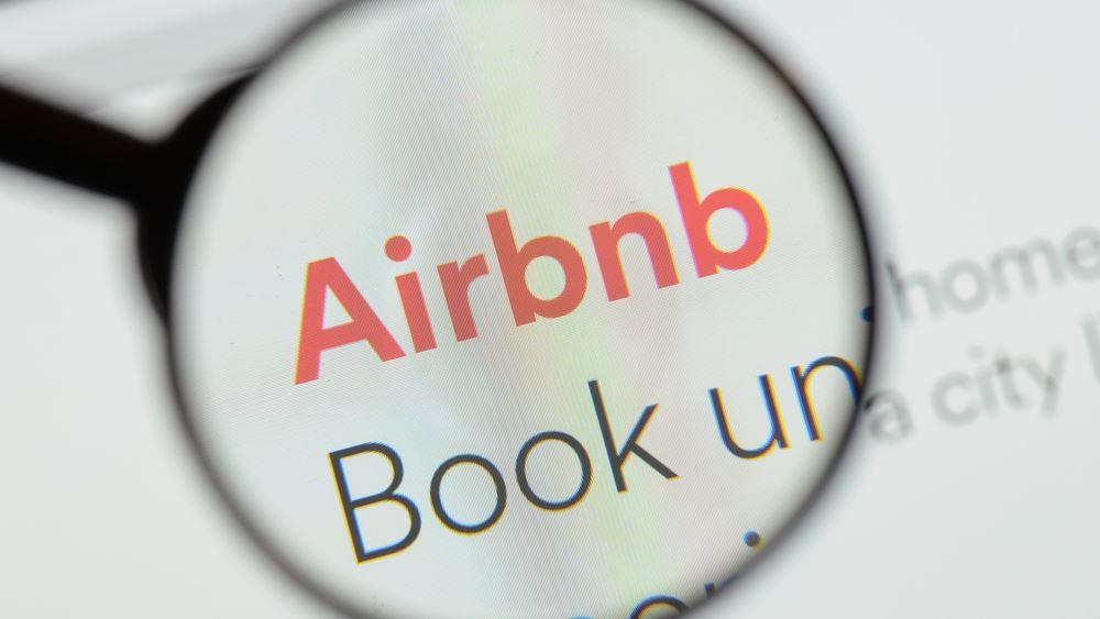Airbnb: Αντιμέτωπη με τις φορολογικές αρχές σε δεκάδες χώρες