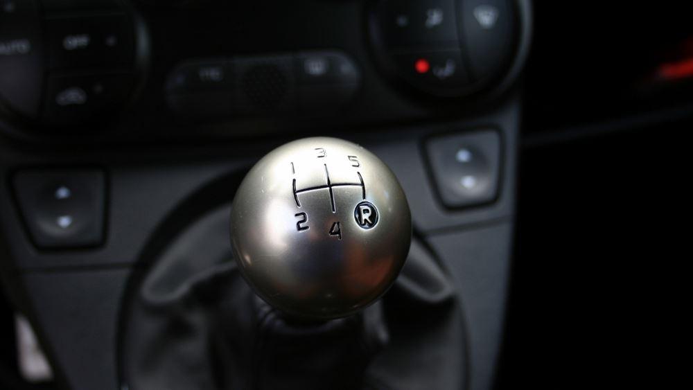 5 πράγματα που δεν πρέπει να κάνεις οδηγώντας αυτοκίνητο με χειροκίνητο κιβώτιο (vid.)