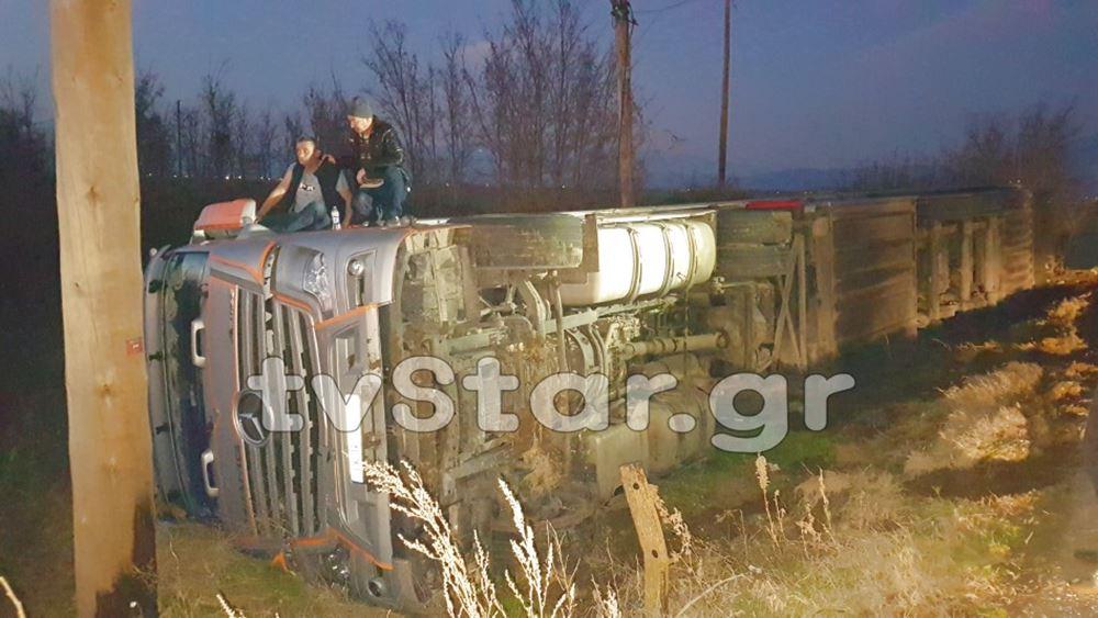 """Τροχαίο με ανατροπή νταλίκας στο Κιλελέρ - Δεκάδες οδηγοί """"κολλημένοι"""" στο σημείο του ατυχήματος"""