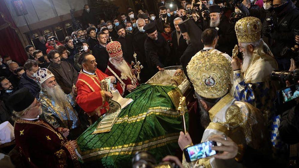 Σερβία: Συνωστισμός χωρίς μάσκες στο προσκύνημα του σκηνώματος του Πατριάρχη Ειρηναίου