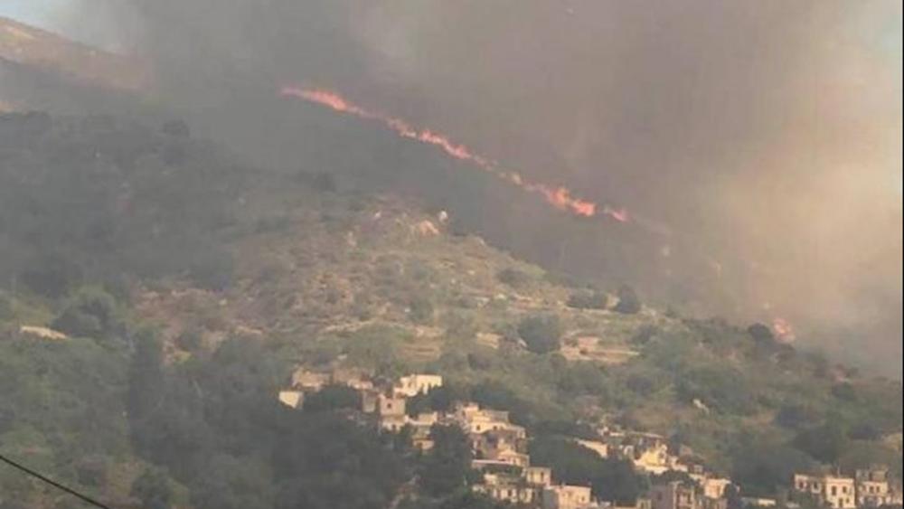Φωτιά στο Σκαδό Νάξου: Εκκενώθηκε το χωριό - Ενισχύθηκαν οι δυνάμεις της Πυροσβεστικής