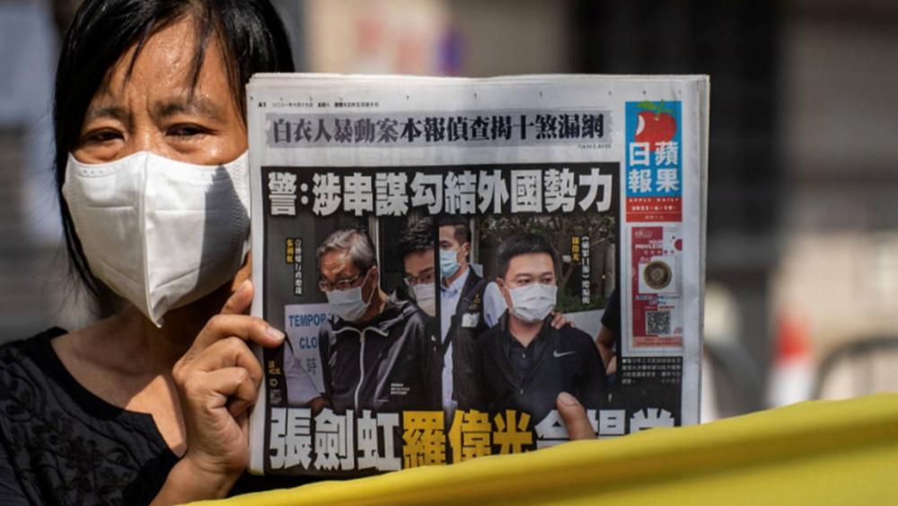 """Σφίγγει ο """"κλοιός"""" στο Χονγκ Κονγκ: Οι κινεζικές αρχές συνέλαβαν τον τέως διευθυντή σύνταξης της Apple Daily"""