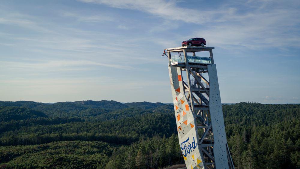 Το Ford Explorer PHEV στην κορυφή του ψηλότερου πύργου αναρρίχησης