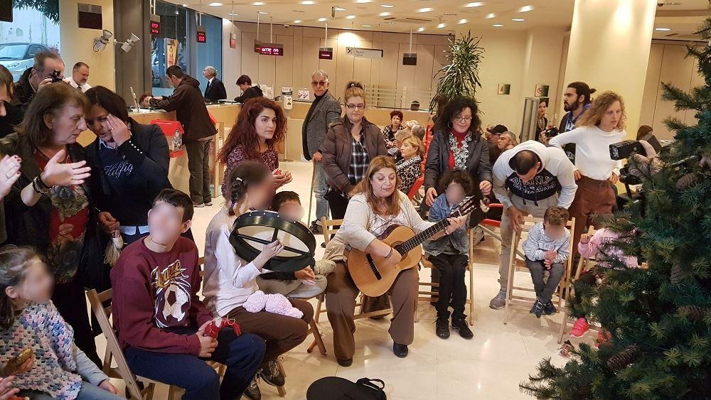 Τα παιδιά του 1ου Ειδικού Δημοτικού Σχολείου Χανίων στόλισαν το χριστουγεννιάτικο δέντρο της Τράπεζας Χανίων