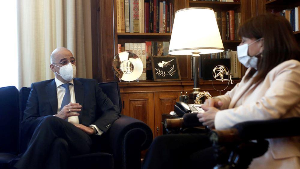 Την Πρόεδρο της Δημοκρατίας ενημέρωσε ο Νίκος Δένδιας για τις τελευταίες εξελίξεις στα εθνικά θέματα
