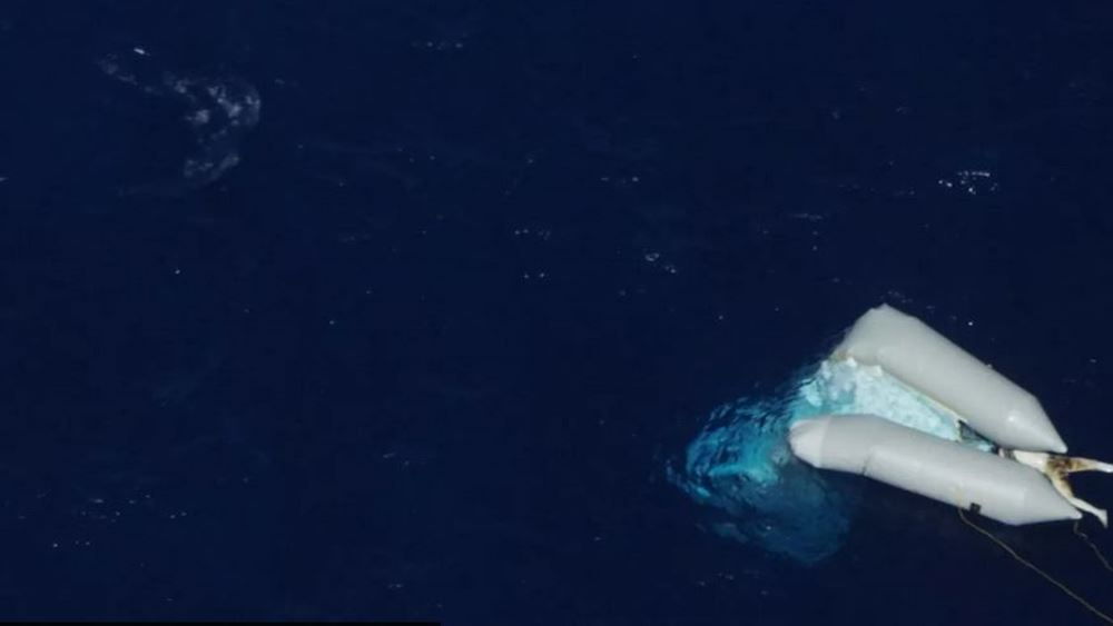 Φωτογραφία-σοκ της La Repubblica: Πτώμα μετανάστη βρίσκεται στη θάλασσα δύο εβδομάδες και κανείς δεν το ανασύρει