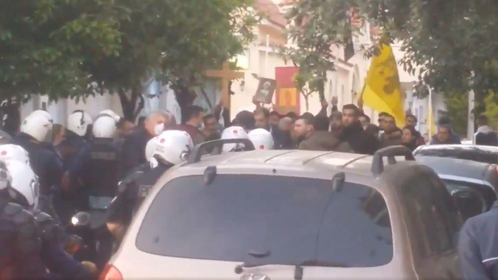 Επεισόδια έξω από εκκλησία στον Κορυδαλλό - Ομάδα ατόμων απαίτησε την περιφορά του Επιταφίου